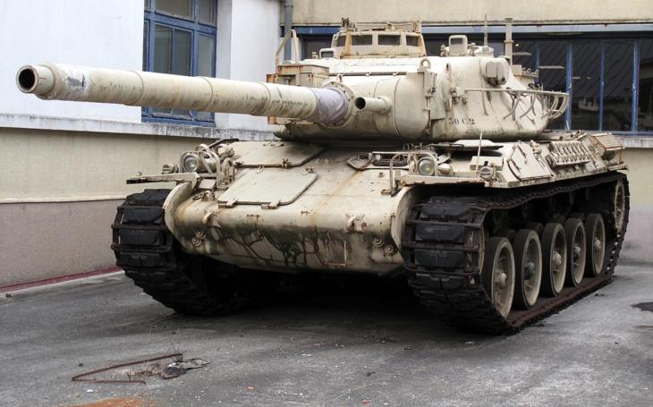 Lehoučký francouzský tank AMX-30 likvidoval irácké T-55