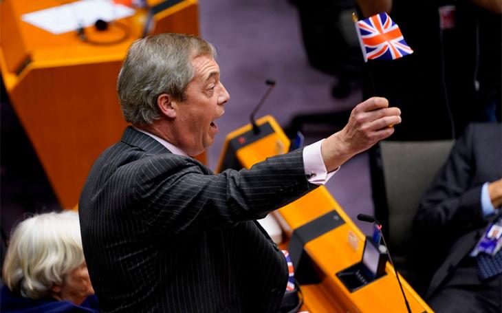 Odcházejícím Britům v europarlamentu na závěr symbolicky vypnuli mikrofon - &quote;Evropu milujeme, my jen nenávidíme Evropskou unii&quote;