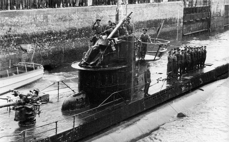 Kapitán U-333 jako řešeto, ponorka dvakrát taranována. Přesto britská &quote;lovkyně&quote; ostrouhala