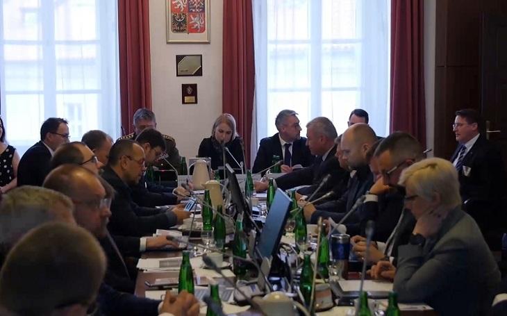 Poslanci podvýboru pro akvizice budou po Říhově rezignaci prověřovat armádní zakázky