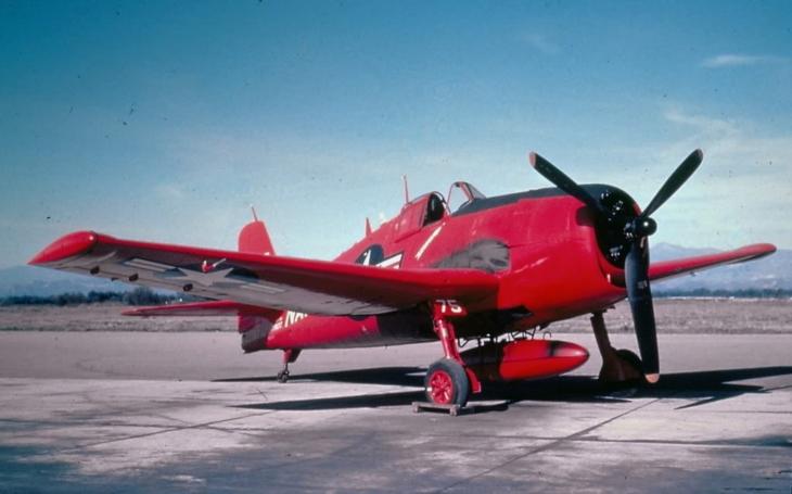 Z nebe pršely rakety a zasahovalo 500 hasičů, ale obstarožní Hellcat letěl hrdě dál