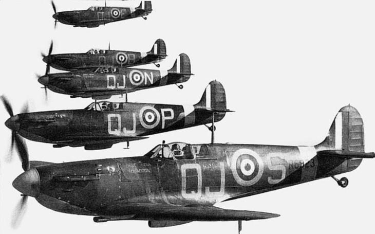 Navigaci nepotřebovali. &quote;Piloti, u Dunkerque to pěkně kouří, takže ho lehce najdete,&quote; řekl kapitán před bitvou