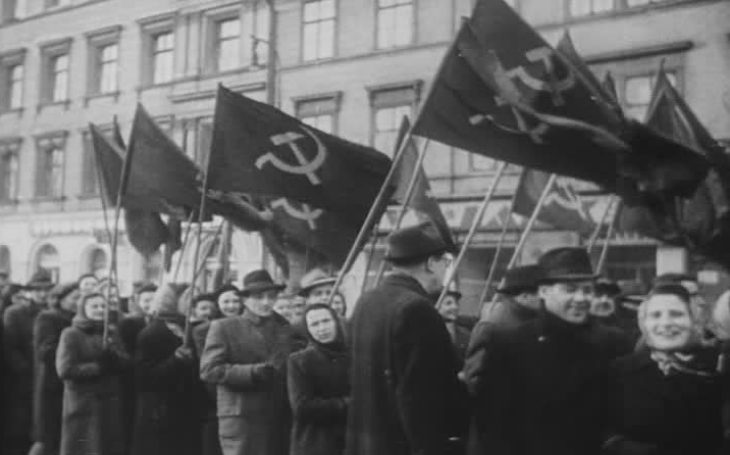Zatímco komunisté mobilizovali ulici, demokraté jezdili na zabijačky