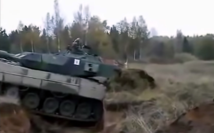 Tank Leopard 2 vs. 3,5m protitankový příkop - jedna : nula