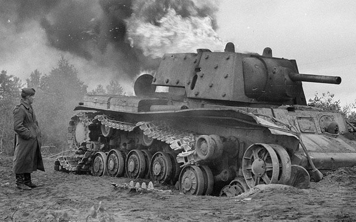 Osamocená ruská ,,příšera&quote; proti nacistům: těžký tank KV-1 zastavil celou divizi