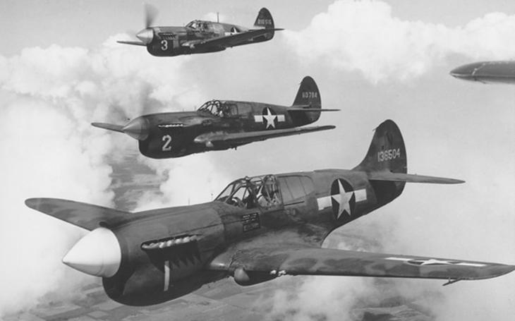 Stíhačky P-40 Warhawk - černošští piloti Red Tails na nich nelétali kvůli rasismu