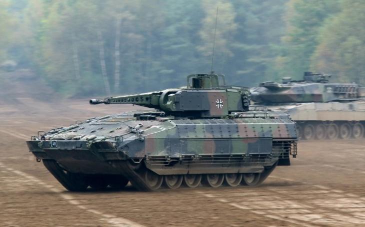 Tank Leopard 2 a BVP Puma kooperují na bitevním poli. Jak mohou zkušenosti Bundeswehru využít i další armády