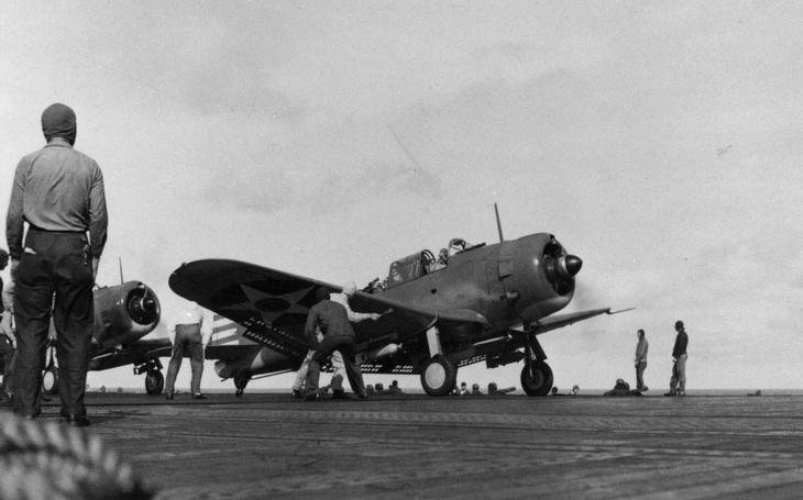 Námořní pilot s českými kořeny na bombardéru proti Zerům - 3:0