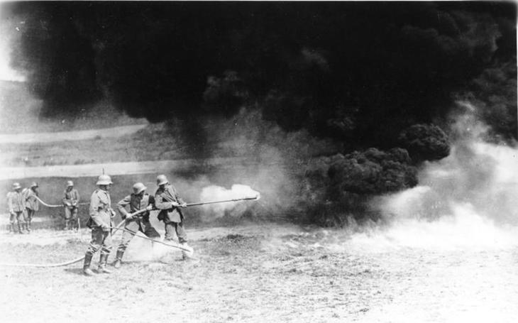 Plamenomet - hrůzostrašná zbraň 20. století. Někde legální, jinde hrozí 10 let natvrdo