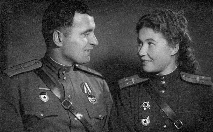 Hrdinné sovětské manželství: Alexandra a Ivan utratili úspory za tank a šli kosit nacisty