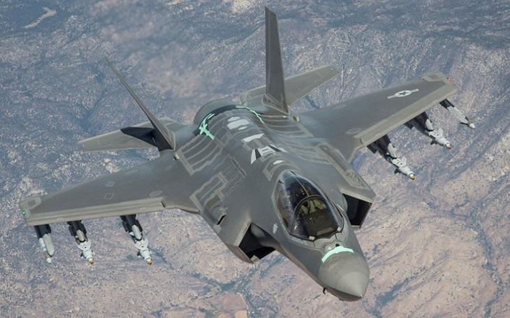 Letoun F-35 se zřítil na Floridě, pilot nehodu přežil