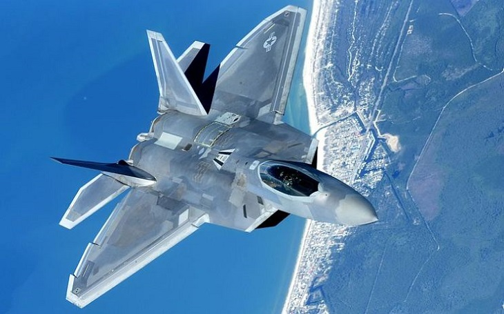 Ještě smrtonosnější F-22. Nové vylepšené rakety se už chystají