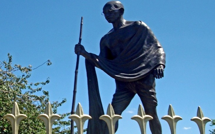 Další na řadě Gándhí? Petice žádá odstranění sochy ,,rasisty&quote;