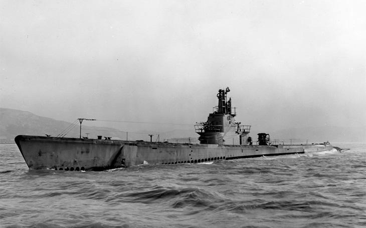 Ponorka &quote;Chuck Norris&quote;: potopila letadlovou loď, zničila raketami město a její posádka vyhodila do vzduchu vlak