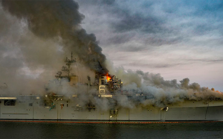 """""""Chudák Richard"""" v plamenech – výsadková útočná loď LHD-6"""