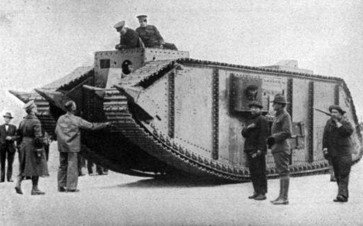 Parní tank ,,bumbal&quote; petrolej. Plamenomet ve výbavě k nasazení nepomohl. Monstrum mělo závažnou chybu