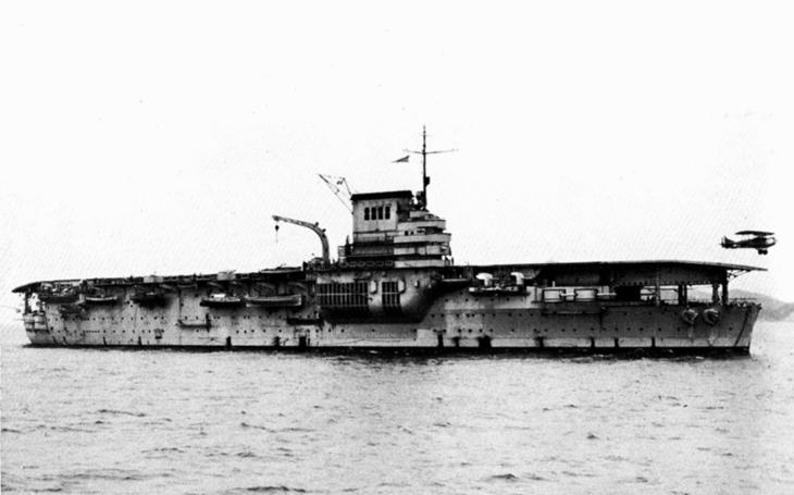 Letadlová loď Béarn - sloužila 40 let, ale letoun k bojové misi nikdy nevyslala