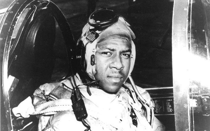 Pohřeb prvního afroamerického pilota námořního letectva proběhl shozením napalmových bomb