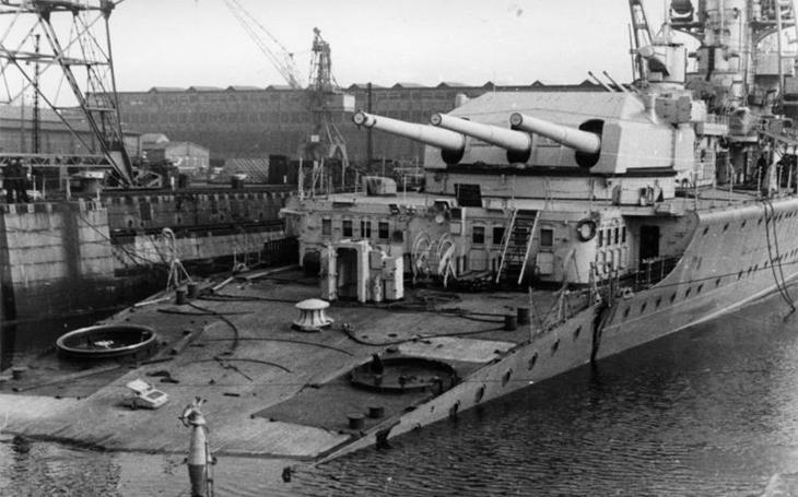 Hitler: hladinové lodě sešrotovat! Kapesní bitevní lodi Deutschland se lepila smůla na kormidlo