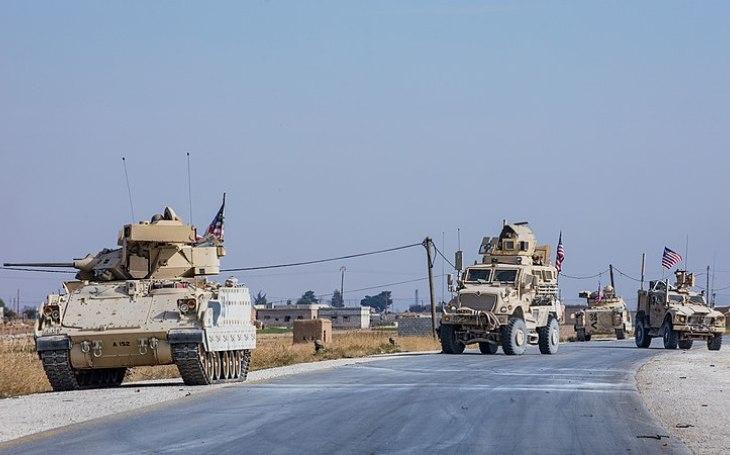 VIDEO: ,,Válka&quote; o ropná pole živě - Ruské bojové vozidlo agresivně blokovalo amerického obrněnce. Výsledek? Čtyři zranění vojáci