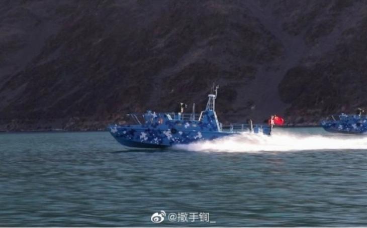 Situace na jezeře Pangong Tso se vyostřuje, Čína dopravila do výšky přes 4 km ozbrojené čluny