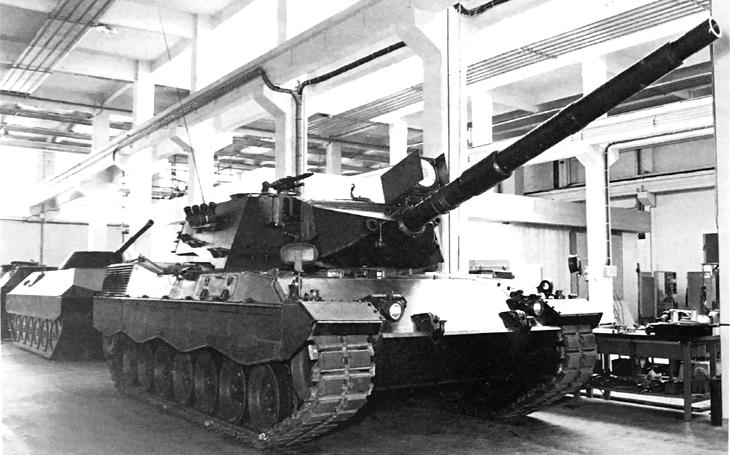 Italský tank Leopardino se inspiroval německým Leopardem - na trhu se během studené války ale neprosadil