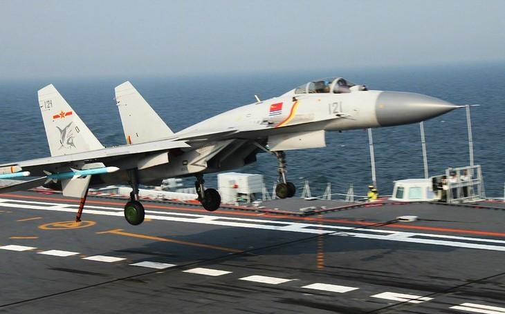 Letoun F/A-18 by čínský J-15 ve vzdušném souboji poslal k zemi, říkají experti. Budoucnost však může vypadat jinak