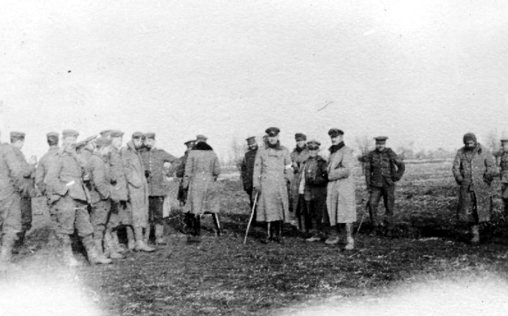 Vánoční zázrak na západní frontě: Den, kdy si nepřátelé podávali ruce. Ze zákopů se linul zpěv koled a došlo i na partičku fotbalu