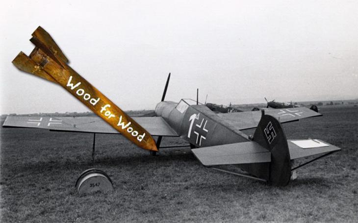Německou dřevěnou maketu letiště bombardovali spojenci dřevěnou bombou