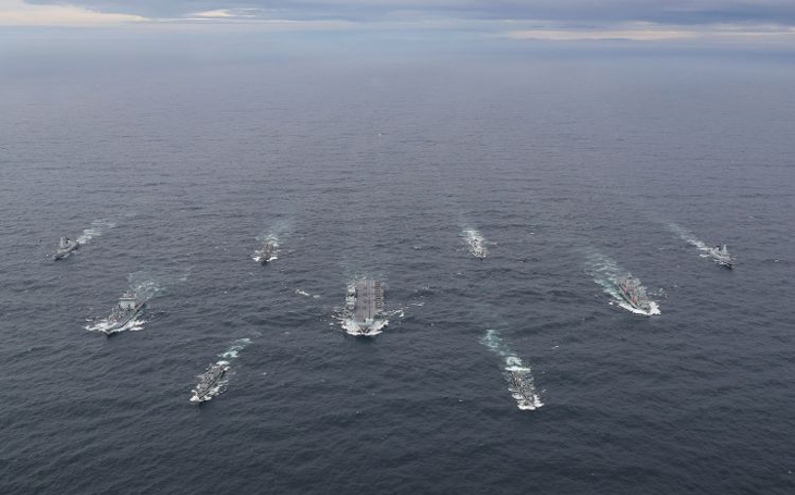 Úderná skupina letadlové lodě HMS Queen Elizabeth je připravena k nasazení