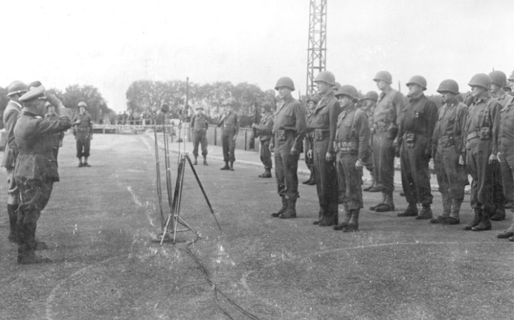 Pod vymyšlenou záminkou přinutil neozbrojený Skot skoro 20 000 německých vojáků ke kapitulaci. Jestli se nevzdáte, RAF rozpoutá peklo, zněla rázná výhrůžka