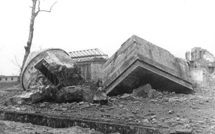 Kennedy navštívil Hitlerův bunkr. Budoucí prezident nechtěl věřit, že diktátor spáchal sebevraždu. Mrtvola jako předmět dohadů