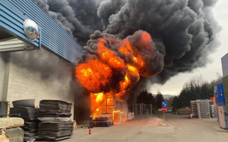 Skoro stovka hasičů likvidovala požár průmyslové haly v Chrastavě