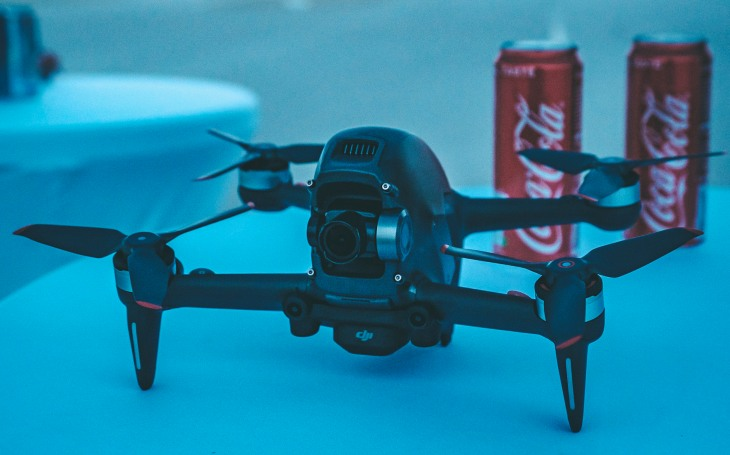 Společnost DJI představila první závodní dron. Utkal se s Nissanem GT-R Nismo v závodu pod křídly firmy DronPro