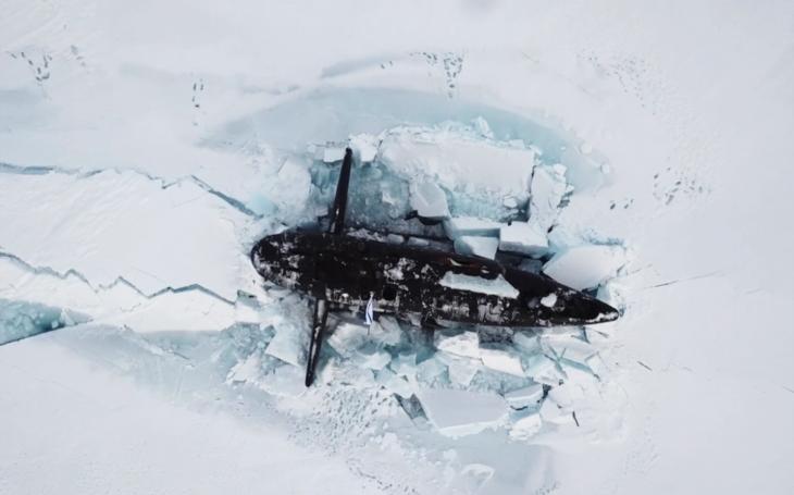 VIDEO: Tři ruské jaderné ponorky se vynořily současně skrz arktický led během cvičení v Zemi Františka Josefa