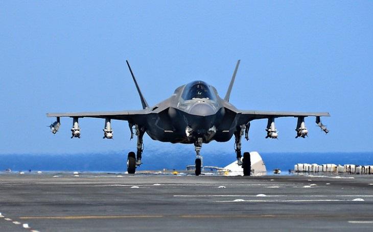 VIDEO: Italská letadlová loď Cavour je připravená provozovat stroje F-35B