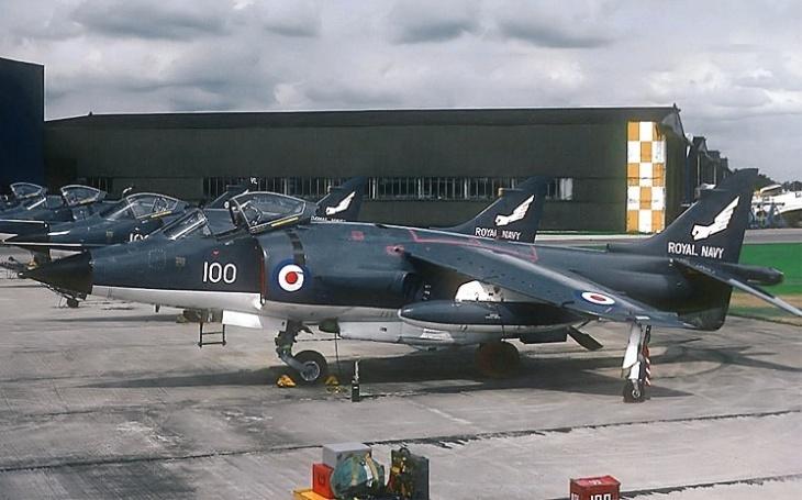 Jak britské letouny Sea Harrier zle zatápěly Argentině ve válce o Falklandy
