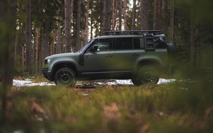 VIDEO: Jednoduchost, praktické využití a skvělé terénní vlastnosti. To je nový Land Rover Defender 110 pro policii a armádu