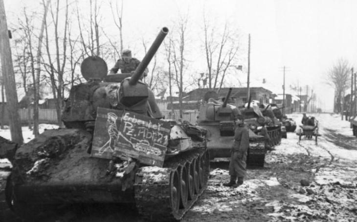Svastika na sovětských tancích T-34. Němci našli pro ukořistěná vozidla široké využití