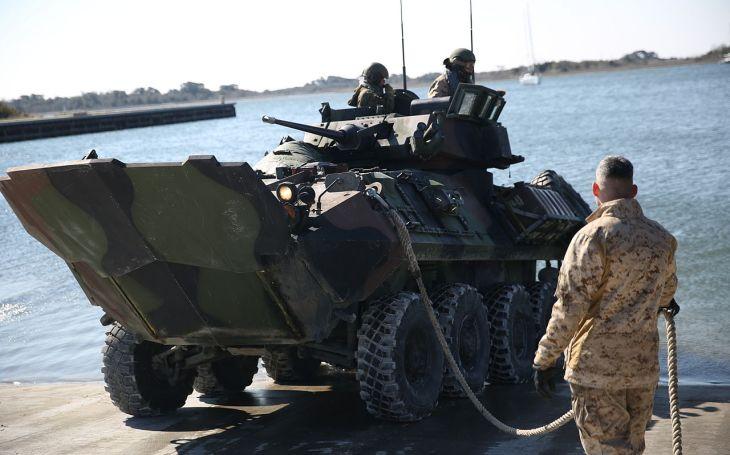 VIDEO: Je na něj vždy spolehnutí. Americký obojživelný obrněný transportér LAV-25