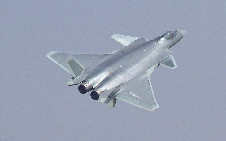 J-20: Čínský ,,mocný drak&quote; táhnou dolů problémové motory. Během dvou let má dostat nové