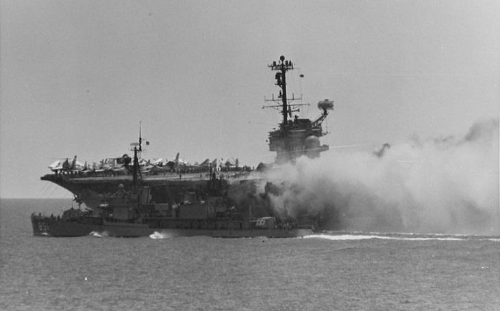 Na americkou americkou superletadlovou loď se nalepila smůla. Přes 100 lidí zahynulo při explozi. Poté se historie opakovala