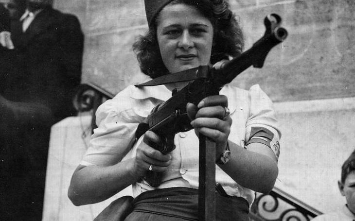 Poznávací znamení čepice, krátká sukně a samopal. Simone Segouinová zajala 25 nacistů, zbytek města ,,vyčistila&quote;