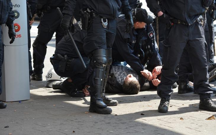 KOMENTÁŘ: Policejní brutalita v Teplicích? Profesionálně a kvalitně odvedená práce