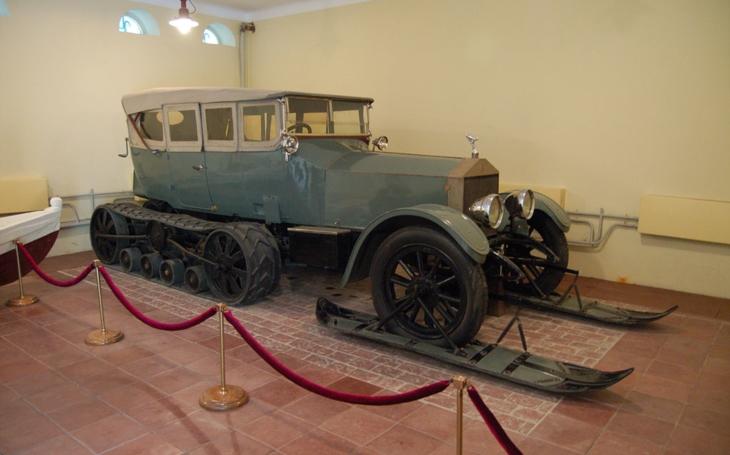 Vůdce bolševické revoluce Lenina vozil po ruských blátivých cestách speciální Rolls-Royce