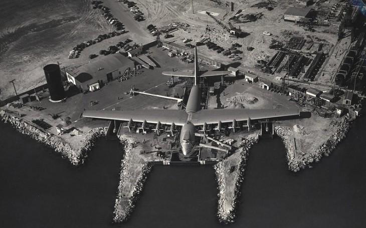Dřevěný vzdušný kolos na jedno použití. Na letounu H-4 Hercules se podílel i slavný filmový magnát