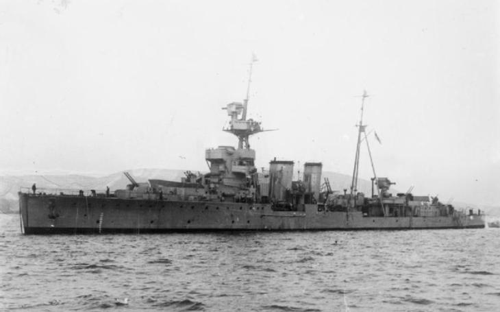 Loď s 15 000 americkými vojáky projela britským křižníkem jako nůž máslem