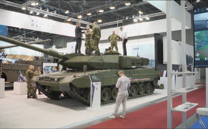 Leopard 2A7+ na IDETu vzbudil zájem a pozornost nejen veřejnosti – prohlédli si ho i důstojníci 73. tankového praporu